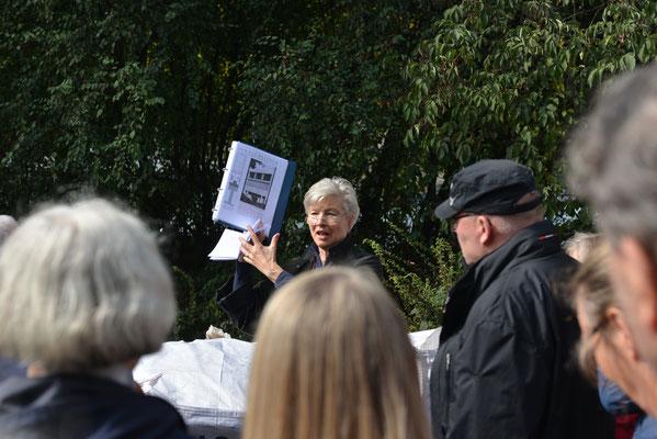 Ruth Asseyer mit Erläuterungen zum Gebäude des Kunstvereins Neue Rabenstraße 25 (heute Siegfried-Wedells-Platz) von Karl Schneider © Yo Loewy 2019
