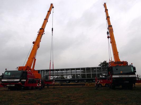 ... das 22 Meter lange Grundgestell hängt in der Luft - der Trailer wird darunter weggefahren!