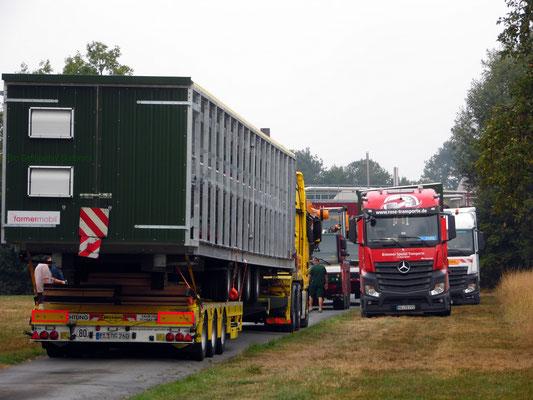 In der Nacht von 23.08. auf den 24.08.18 kamen die ersten LKWs - insgesamt 5 nur für den Stall, zwei weitere werden in der kommenden Woche den Scharrraum liefern.