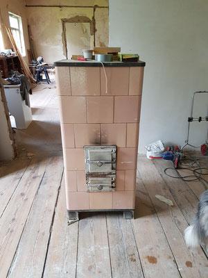 Der Werkstatt-Ofen steht aber nur provisorisch. Die alten Kachelöfen sollen wieder ran.