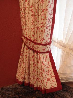 Rustikaler Vorhang mit Halter