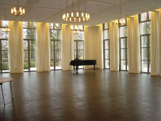 Konzertsaal mit Wildseidenvorhang