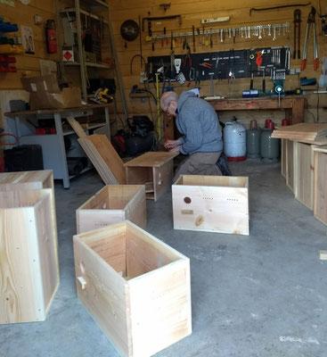 Bau der Nistkästen in der Werkstatt