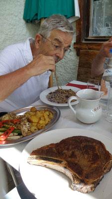 Un frugale pasto al Rifugio Dibona...perchè camminare mette appetito...