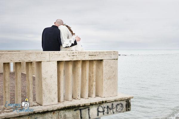 Gli sposi lungo la loro passeggiata ad Ostia, Roma
