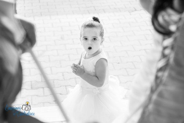 Reportage: la meraviglia mentre la sposa indossa il suo vestito