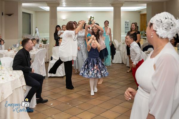 Il lancio del bouquet della sposa durante il ricevimento