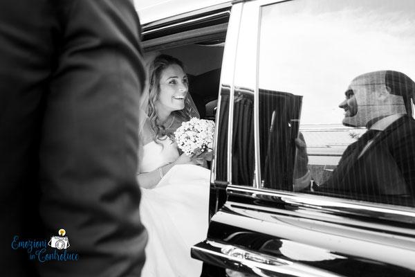 Tutto pronto: la sposa sale in macchina per andare alla cerimonia