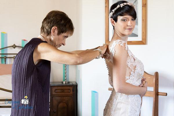 La sposa e la sua mamma: la chiusura del vestito