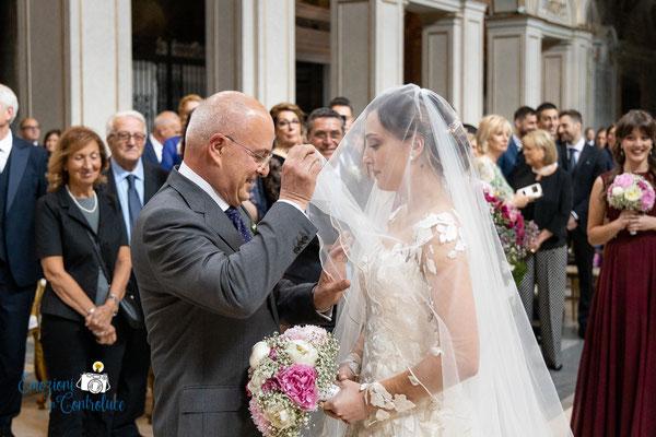 Luigi e Costanza: la sposa ed il papà all'arrivo in chiesa - Santa Cecilia in Trastevere