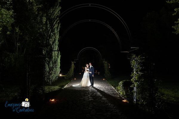 Luigi e Costanza: fotografie in notturna nella villa sull'Appia Antica, scelta dagli sposi per il ricevimento