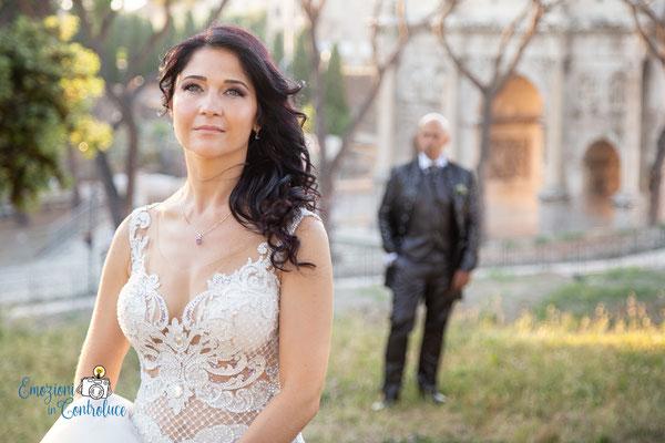 la sposa con lo sfondo dell'Arco di Costantino