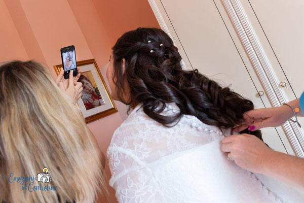 Selfie chiudendo il vestito da sposa