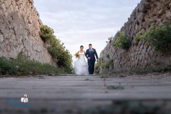 Passeggiata sul lungomare per le fotografie dopo il matrimonio