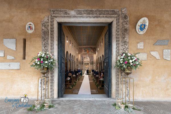 L'ingresso di San Giorgio in Velabro a Roma durante la celebrazione del matrimonio