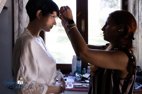 La preparazione della sposa: la truccatrice