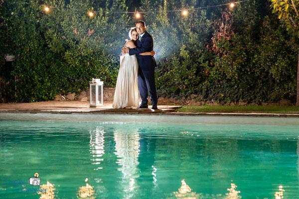 Claudio e Annamaria - fotografie degli sposi in piscina durante il ricevimento