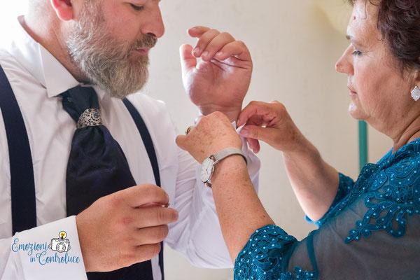 Ultimi ritocchi con la mamma dello sposo