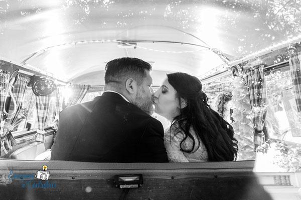"""Il bacio dopo il matrimonio nel furgoncino di """"Camper & Bike"""""""