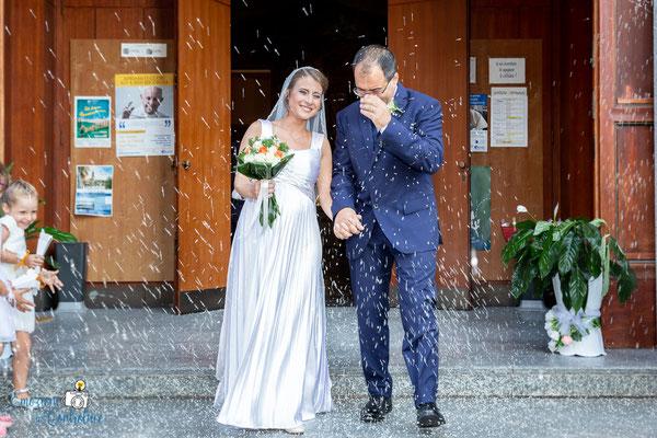 Claudio e Annamaria - l'uscita degli sposi con il lancio del riso
