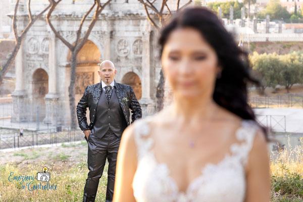 lo sposo con lo sfondo dell'Arco di Costantino