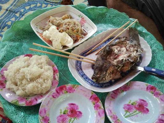 ...wir entschieden uns für den Fisch mit Reis und Lao Salat...es war sehr lecker...