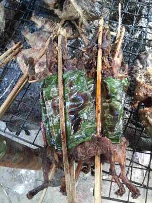 ...Ratten umwickelt in Palmblätter...abgesehen das es Ratten sind, sieht es lecker aus...