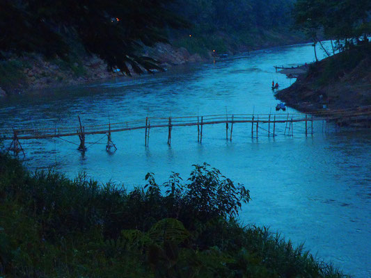 ....Dämmerung und kleine Brücke die zu einem Vorort von Luang Prabang führt.....