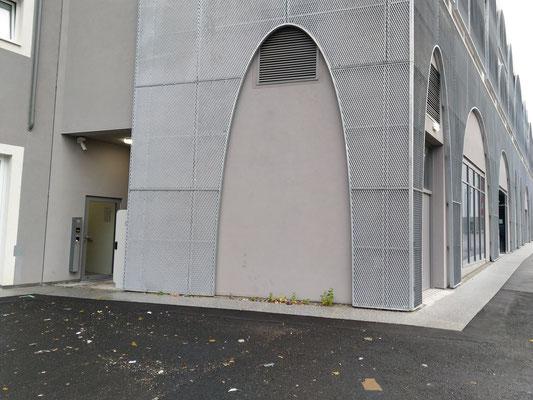 Eingang zu unserem Standplatz auf der Rückseite der Parkgarage