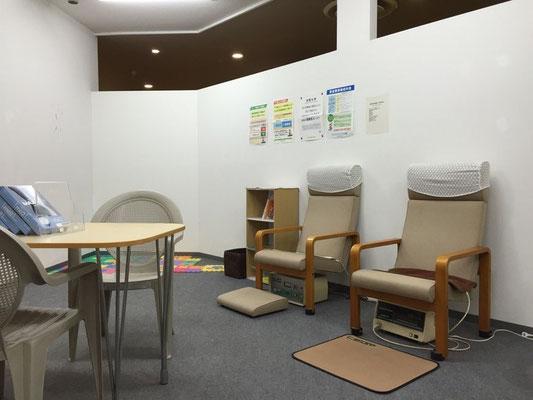 江戸川区西葛西イオン4階のみうら接骨院の待合室です。ゆっくり電位治療器におかけください。