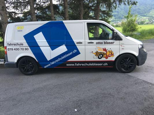 Begleitfahrzeug für den Materialtransport