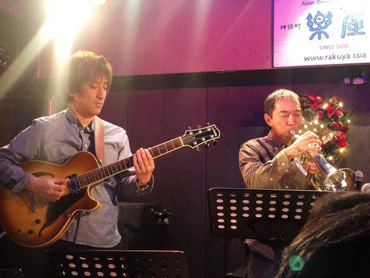 山田豪ギター(左)と田丸智也トランペット(右)