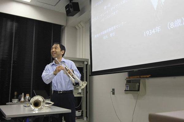 講義中に実演でトランペットとフリューゲルホルンを吹きます