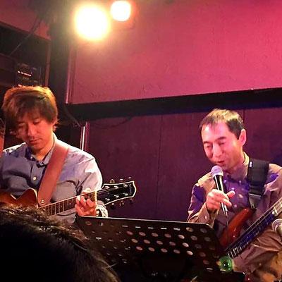 ギター山田豪(左)とベース田丸智也(右)