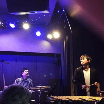 ドラム亀井孝太郎(左)と宅間善之(右)