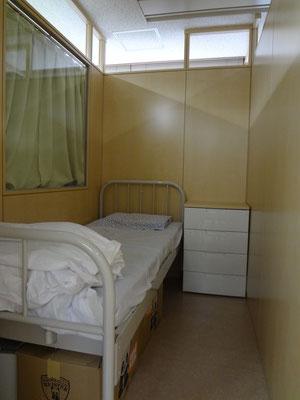 静養室(カーテンを閉めたところ)