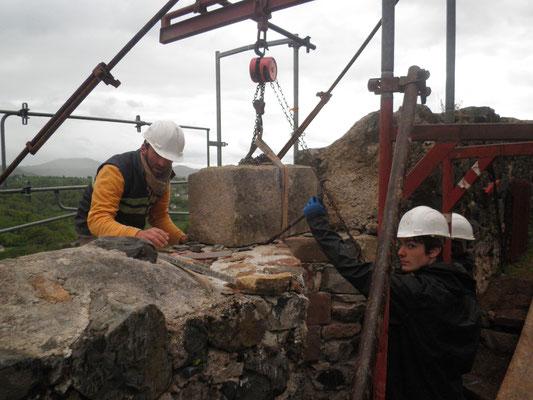 La pose d'un linteaux, chantier REMPART, Calmont d'Olt