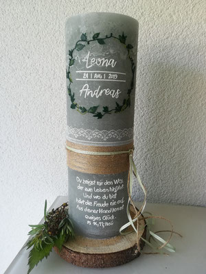 Nr. 12, Verzierungen aus Wachs, 67 €, wahlweise mit Untersetzer aus Holz für 6€