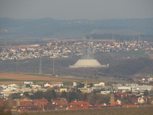 Kühlturm vom AKW Neckarwestheim. Davor Bönnigheim mit dem Gewerbegebiet