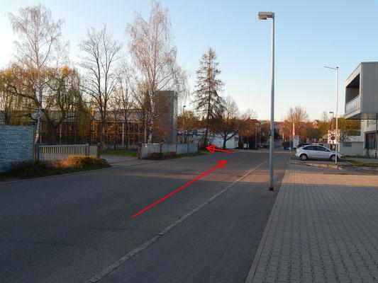 In der Lindenstraße Güglingen. Rechts -Links- Geradeaus ein Geschlängel um das Gewerbe.