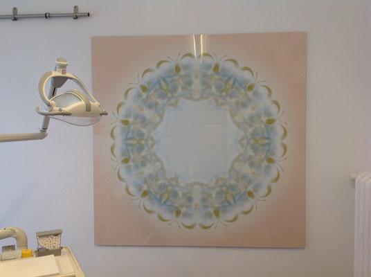Lebendiger Meister-Kristall  für eine Zahnarztpraxis, Visualisierung Verbindungssatz, Echtfoto hinter Acrylglas, Format 150 x 150 cm © Susanne Barth, The Creative Associates
