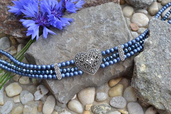 Kropfkette dunkelblau mit Herz im Vintagestil