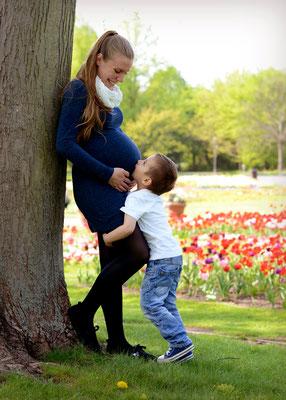 Schwangerenfoto mit Geschwisterkind