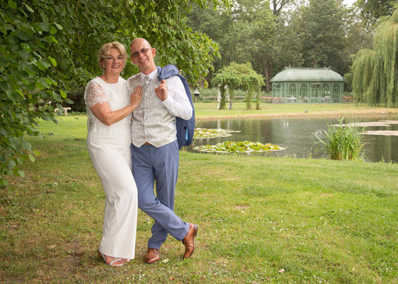 Brautpaarfoto im Grünen