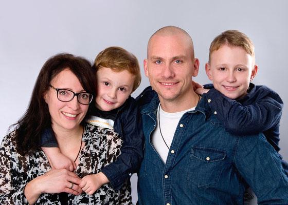 Familienportrait in Farbe im Fotostudio in Teltow