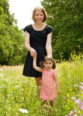 Mutter und Tochterfoto auf der Wiese in Teltow