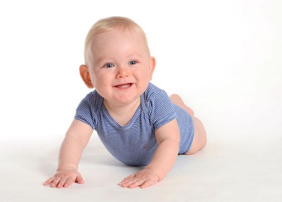 Babyfoto in Bauchlage im Fotostudio in Teltow