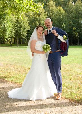 klassisches Hochzeitsfoto vom Brautpaar im Park