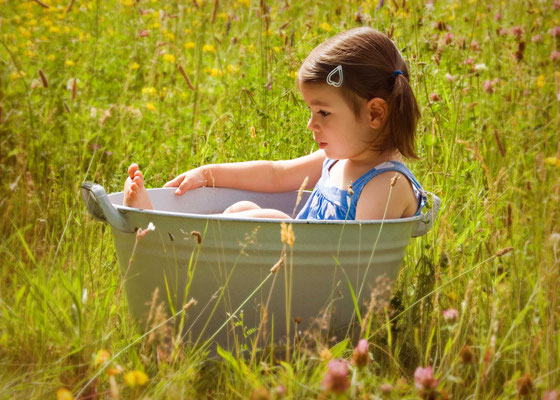 Kinderfoto outdoor in der Badewanne