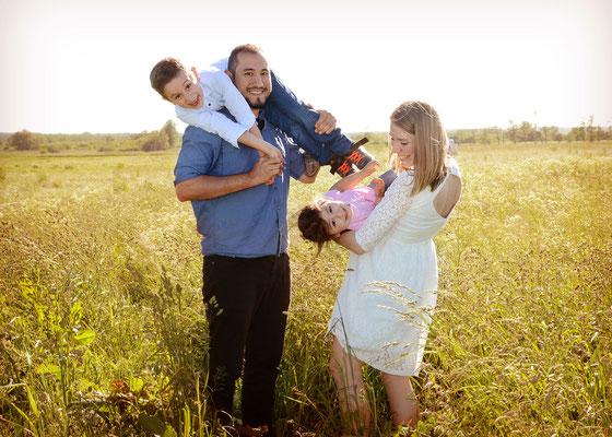 Familienfoto auf dem Feld in Teltow